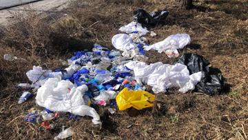 Opakowania po testach na covid, igły i kombinezony ochronne. Odpady medyczne wyrzucone do lasu