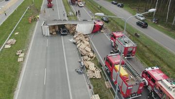 Ciężarówka przygniotła auto osobowe. Są ranni
