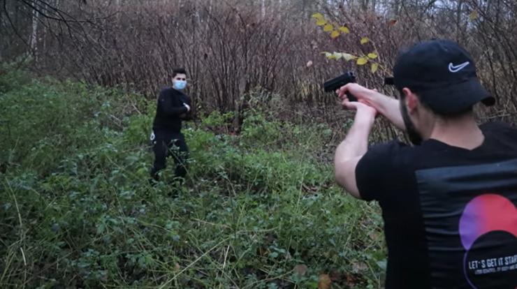 Uchodźca poniża Macrona i strzela do podobizn policjantów. Władze są wobec niego bezsilne